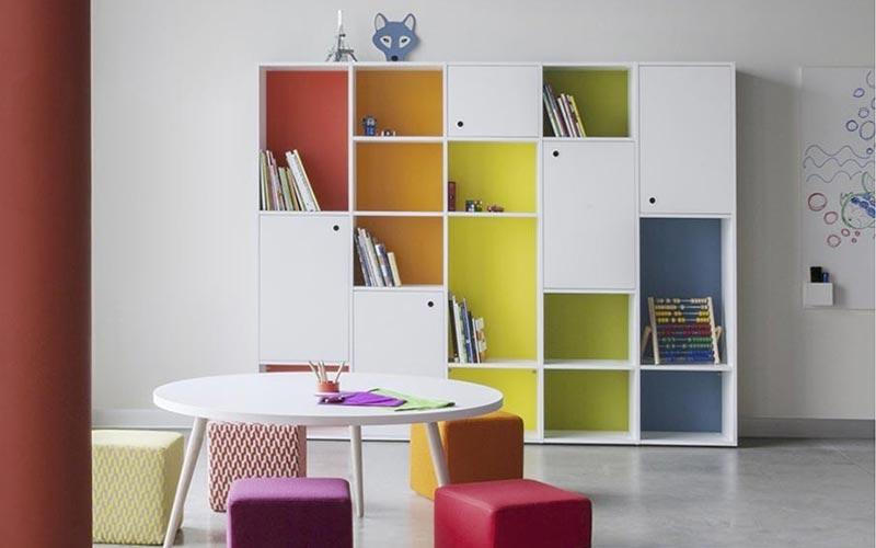 Estanterias habitacion estanteria de colores muchas estanteras en la habitacin u fotos de - Estanterias infantiles ...